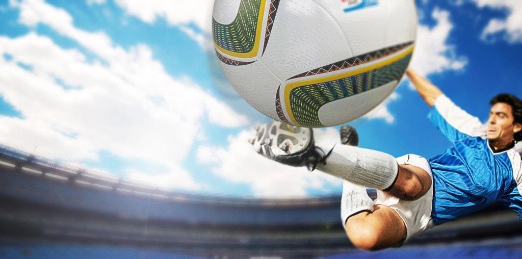 Un joueur de football qui frappe un ballon